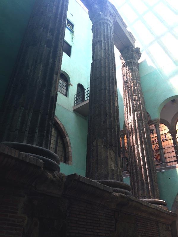 columnas romanas del barrio gotico de barcelona