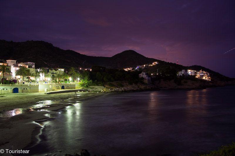 sitges de noche desde el puerto