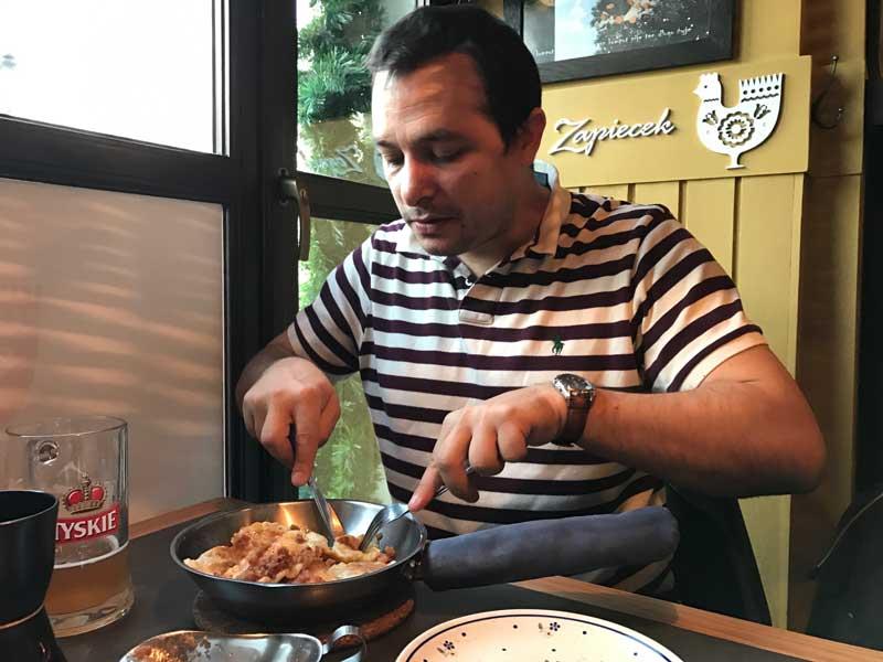 Comer Pierogi en varsovia. Polonia