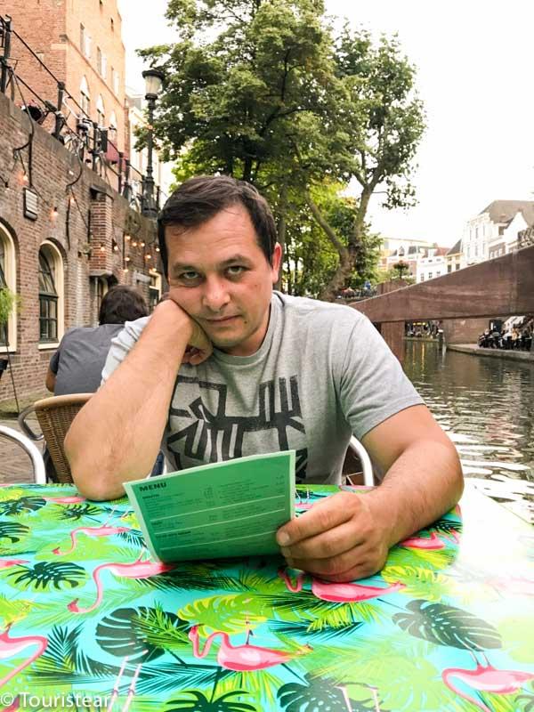 Comer en Utrecht, Fer mirando la carta, con el canal a un lado