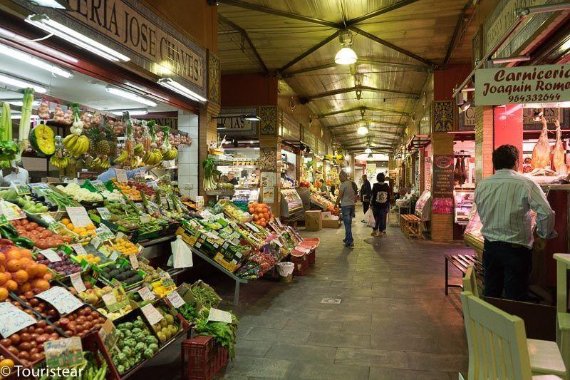 sevilla, mercado de triana, puestos de frutas y verduras