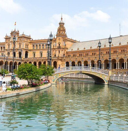 Sevilla, Plaza de España, vista desde uno de los puentes con el canal.