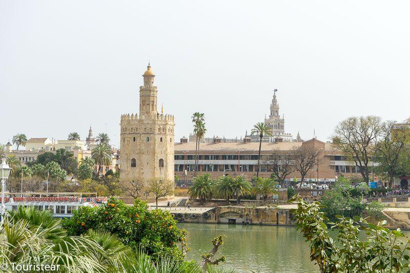 Sevilla, torre de Oro vista desde el barrio de triana