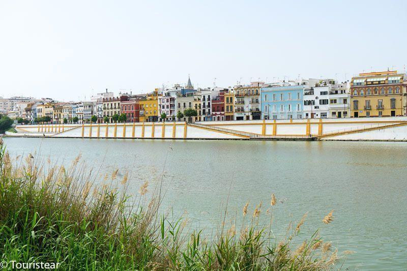 Sevilla, casas de colores del barrio de triana, vistas desde la orilla de enfrente