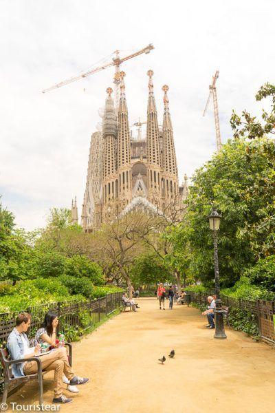 Vista de la Sagrada Familia, desde el parque que tiene en frente, en Barcelona, como moverte por Barcelona