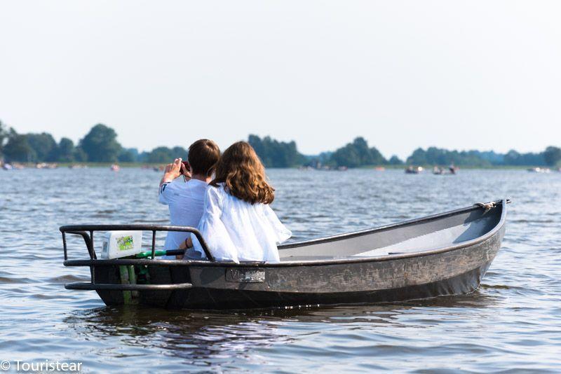Pareja en un barco en Giethoorn, Paises Bajos