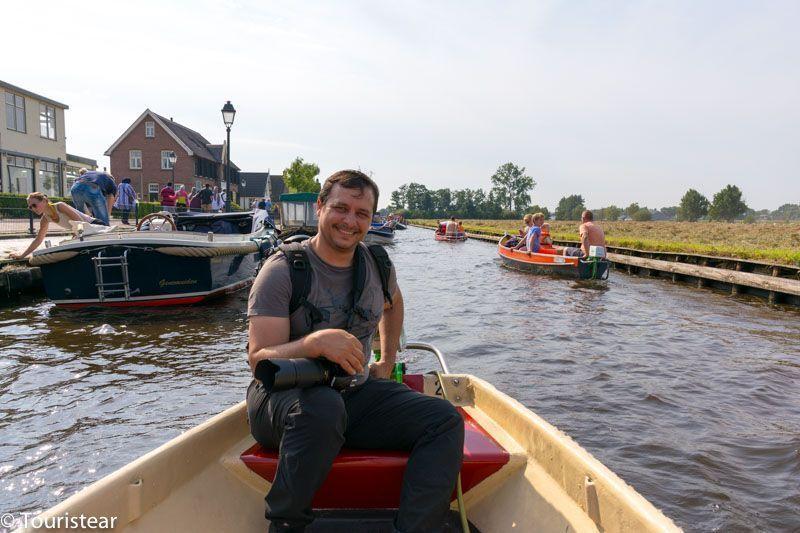 Fer conduciendo el barco por Giethoorn, Paises Bajos