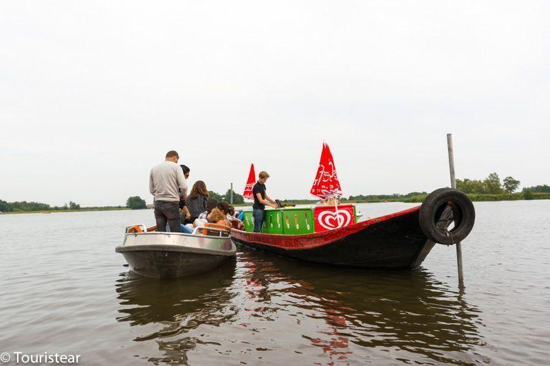 comprar un refresco en el medio del lago de Giethoorn, Paises Bajos