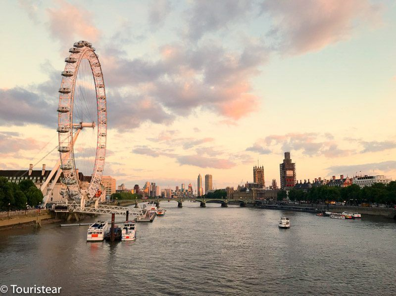 Vista del big ben y london eye al atardecer, londres