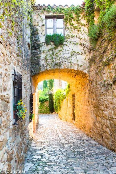alley of peratallada, road trip south of France
