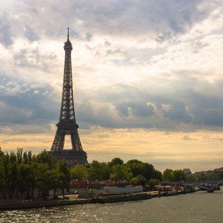 Vista Paris con la torre Eiffel al atardecer
