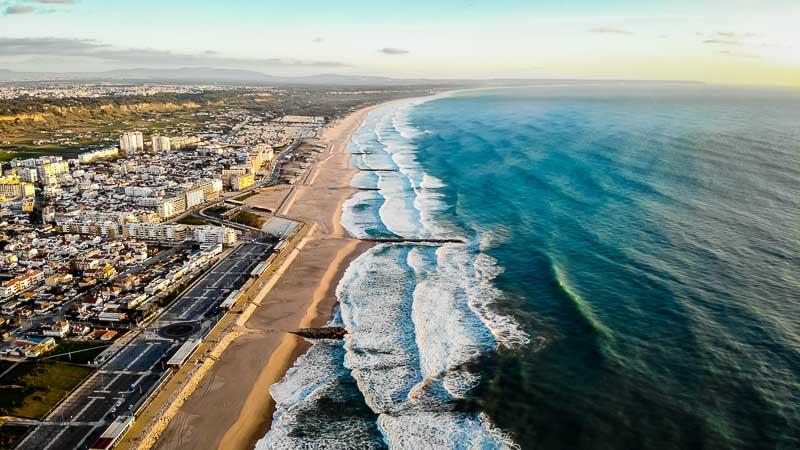 Costa de Caparica desde un dron, lugares cerca a lisboa