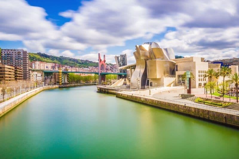 Vista del Museo Guggenheim desde un puente