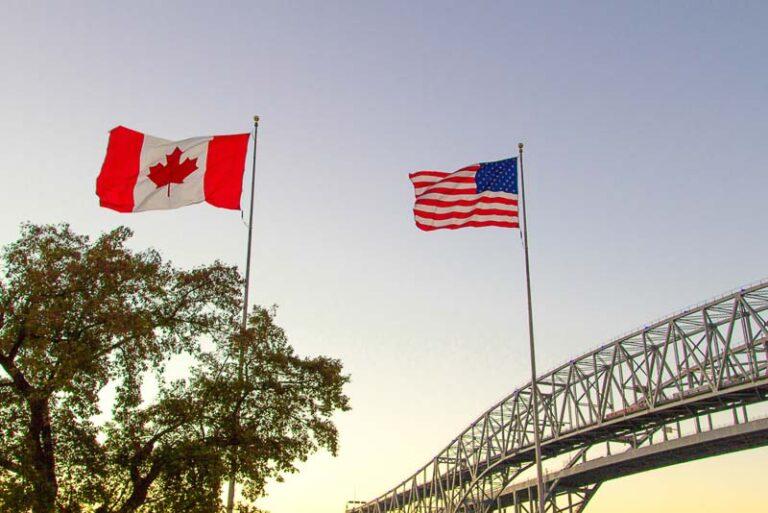 ¿Puedo viajar de EE.UU. a Canadá en un coche de alquiler?